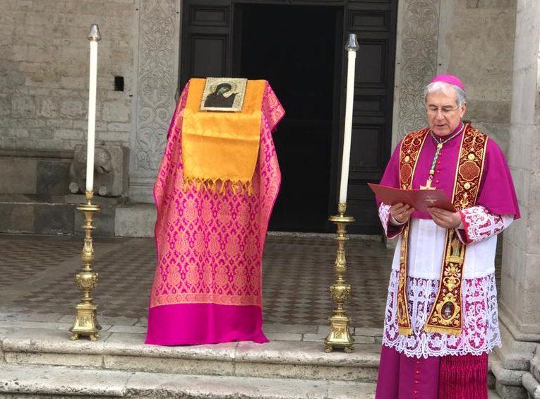 Mons. Boccardo benedice la città e la diocesi con la Santissima Icone
