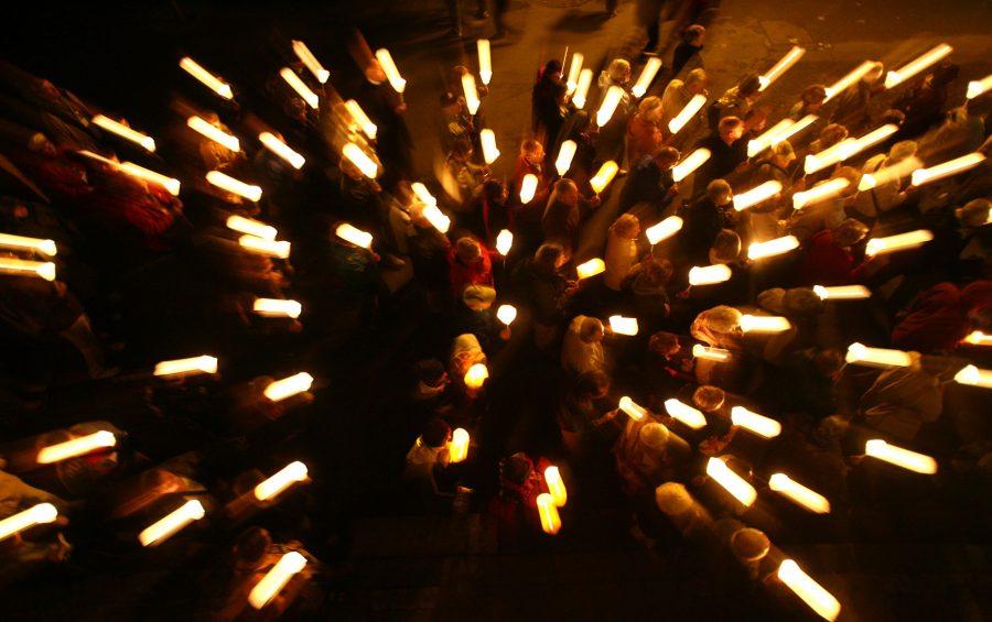 LOURDES FEDELI PELLEGRINI ACCENDONO CANDELE IN ONORE DI MARIA E PREGANO PRESSO LA GROTTA DELLE APPARIZIONI DI MASSABIELLE Ph: Cristian Gennari