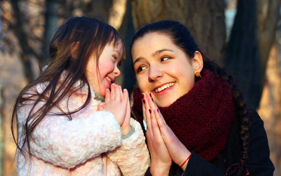 Una mamma insegna a pregare alla figlia