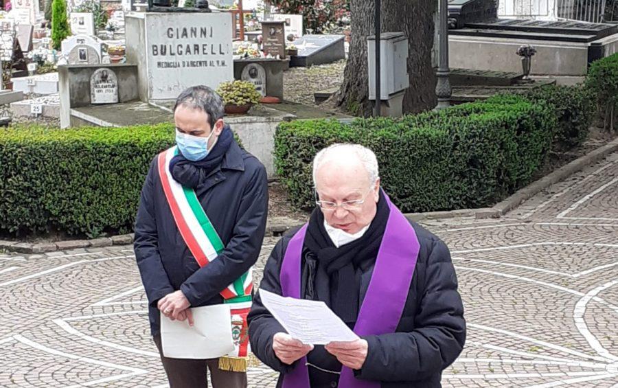 Mons. Manicardi prega per i defunti
