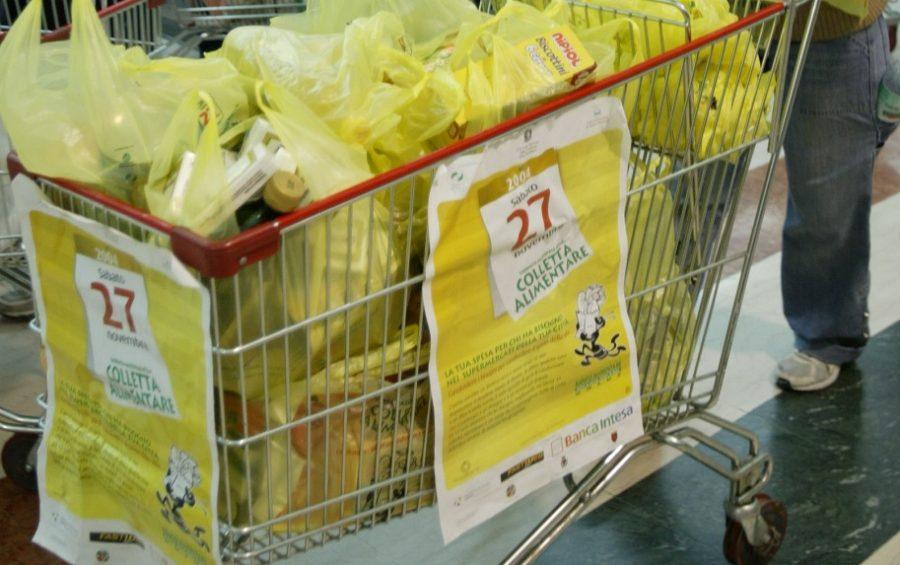 ROMA,27-11-2004 GIORNATA NAZIONALE DELLA COLLETTA DEL BANCO ALIMENTARE UNO DEI GIOVANI VOLONTARI CHE SI OCCUPANO DELLA RACCOLTA DEI CIBI