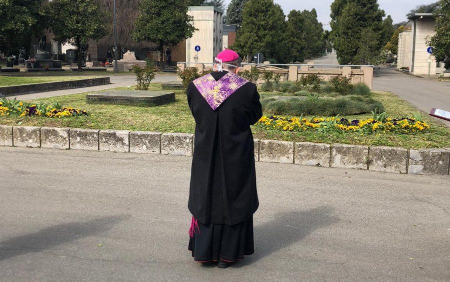 Mons. Delpini in preghiera nei cimiteri milanesi