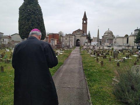 Mons. Pavanello in visita al cimitero di Rovigo
