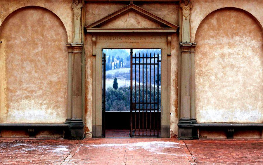 Firenze - Interno della Certosa ex- monastero certosino - porta che si affaccia sulle colline del Chianti