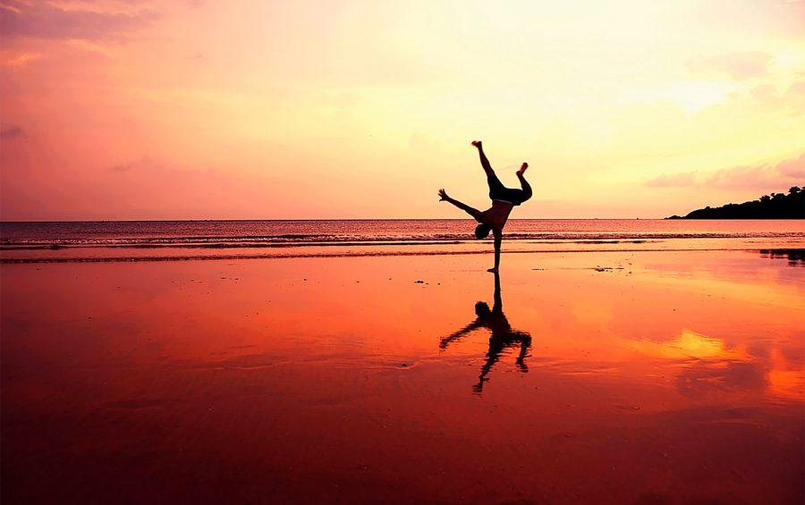 Bellezza. Armonia. Spiaggia. Tramonto. Liberta. Riflesso.  acrobazia Solitudine. Gioco. Acqua. Luce. Ombra. Specchio. Acrobata.