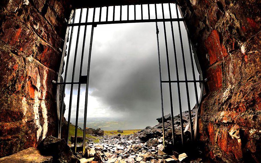 Un cancello aperto tra le rovine