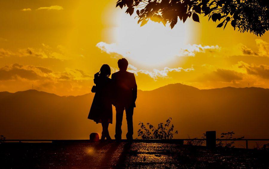 Una coppia che ammira il tramonto. Infinito. Stupore. Amore.