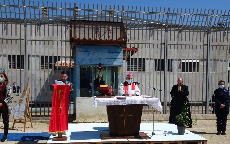 """Mons. Bertolone nella Casa Circondariale """"Ugo Caridi"""" per la Via Crucis"""