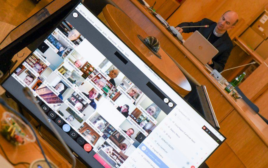 Roma, 16 aprile 2020: mons. Stefano Russo al Consiglio permanente Cei in diretta internet con mascherine per coronavirus Covid-19 - foto SIR/Marco Calvarese