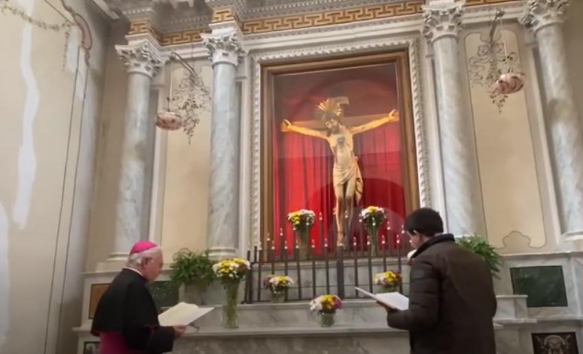 La preghiera ai piedi del Santissimo Crocifisso