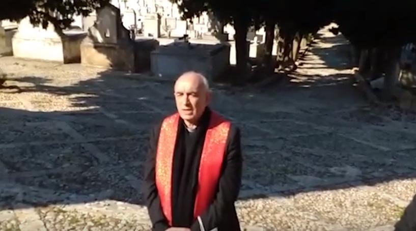 """Il vescovo """"pellegrino"""" al cimitero per ricordare i defunti"""