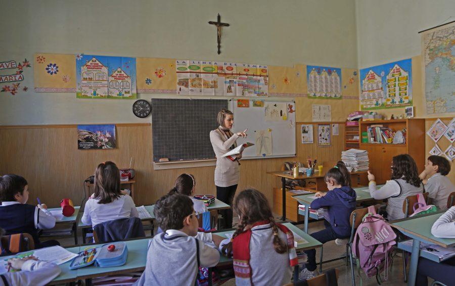 Classe di una scuola paritaria. Insegnante e alunni.