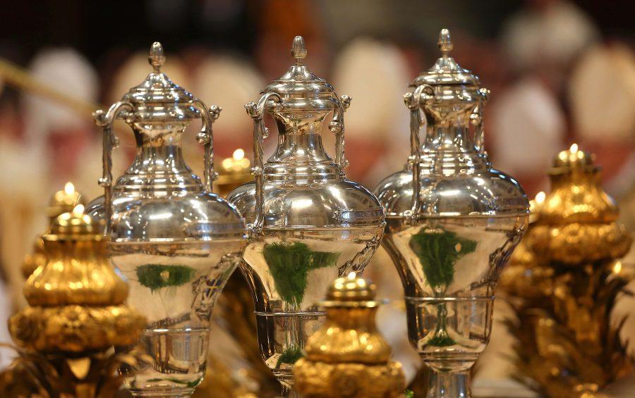 """Vaticano, 13 aprile 2017. oli crismali  La Santa Messa del Crisma nel Gioved"""" della Settimana Santa presieduta da Sua Santitˆ Papa Francesco. I vasi con gli Olii Santi"""