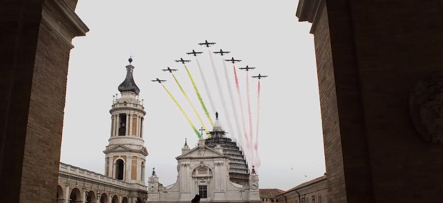 Le frecce tricolori solcano il cielo del Santuario della Santa Casa