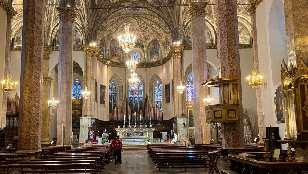 la-cattedrale-di-san-lorenzo-di-pg-nel-tempo-del-covid19-durante-una-celebrazione-domenicale-a-porte-chiuse-scaled-e1589359340289-1024x578.jpg
