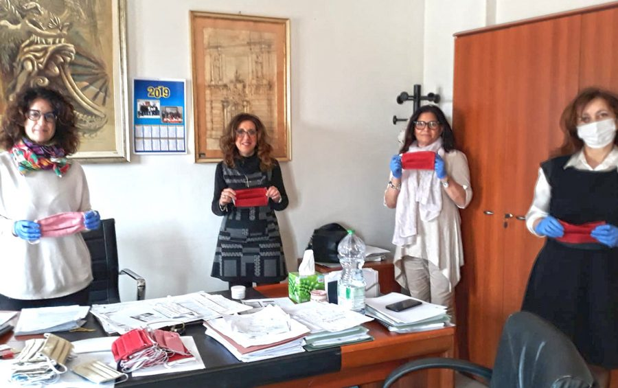 """Le mascherine del """"Progetto Donna"""" donate al Comune"""